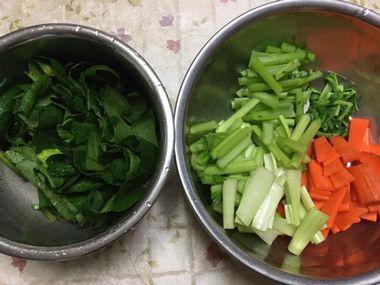 刻んだ小松菜と人参と茹でた大根の葉っぱです。