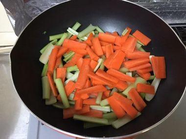 小松菜の茎とにんじんを炒めています。