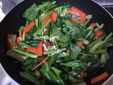 小松菜炒めを作っています。