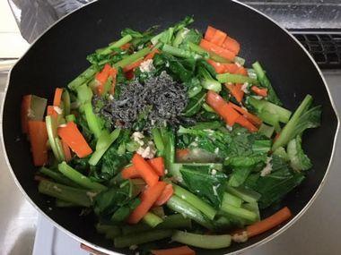 塩昆布を加えた小松菜炒めです。