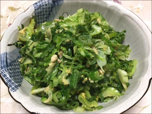 らっこが作ったキャベツの外葉とねぎを炒めたカレー味の野菜炒めです。