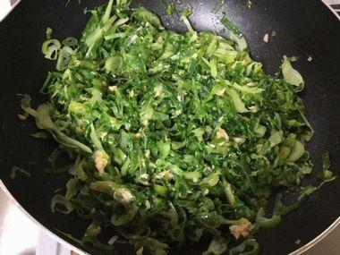 ャベツの外葉とねぎを炒めたカレー味の野菜炒めです。