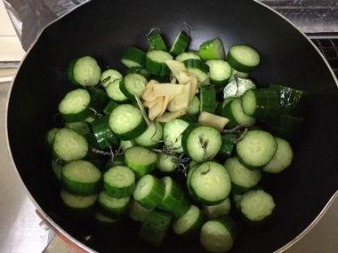 フライパンにきゅうりと生姜と昆布が入っています。