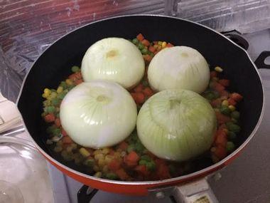 玉ねぎを煮ようとしています。