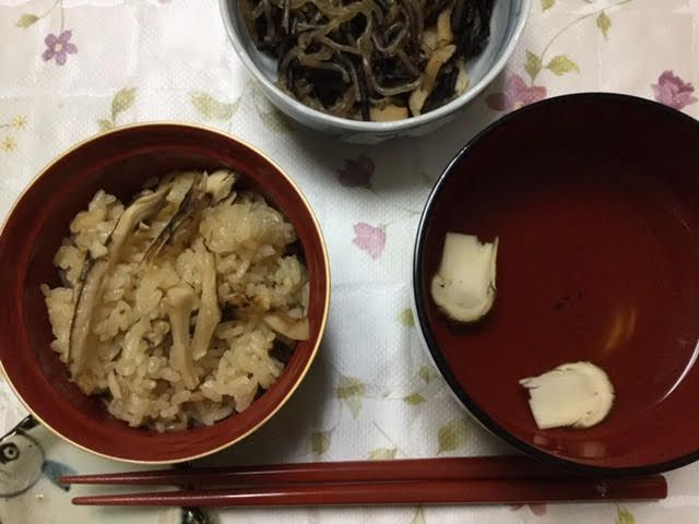 松茸ご飯と松茸のお吸い物とひじきとしらたきの煮物です。
