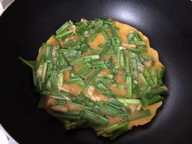 ニラとキムチのチジミを焼いています。