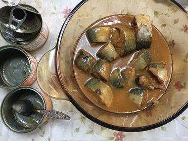 さば味噌煮缶詰を鍋にあけた様子です。