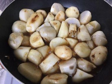 里芋に調味料を加えたところです。