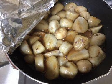 煮えてきた様子の里芋です。