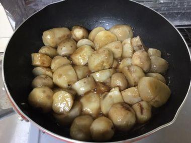 程よく水分が飛んだ里芋を煮ているフライパンです。