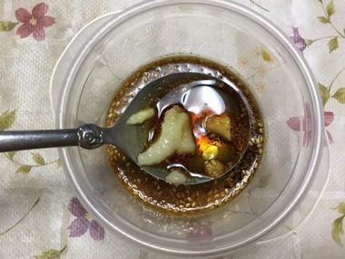 チジミにつけて食べる中華風のタレを作っています。