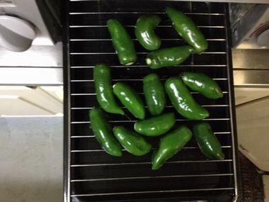 魚焼きグリルでこどもピーマンを焼いています。