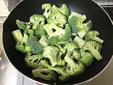 フライパンでブロッコリーを焼いています。