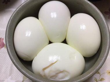 ゆで卵4つです。
