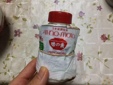 食卓塩の瓶に詰めた味の素です。