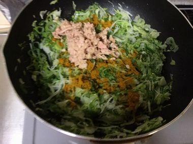 キャベツとねぎと大根とツナとカレー粉がフライパンに入っています。