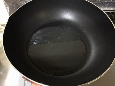 フライパンに油を注いだ様子です。