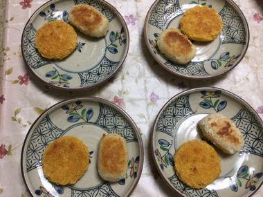 お皿によそった焼きコロッケ2種類です。