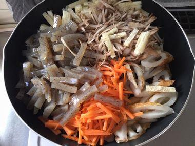ひじきの煮物をフライパンで作っています。