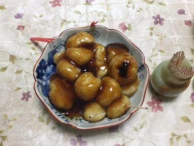 和菓子用の幅広楊枝を添えた、らっこが冷ごはんで作った、みたらし団子です。