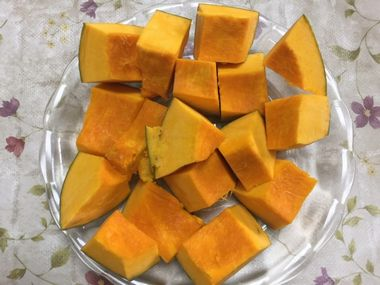 耐熱皿にのせたひと口大のかぼちゃです。