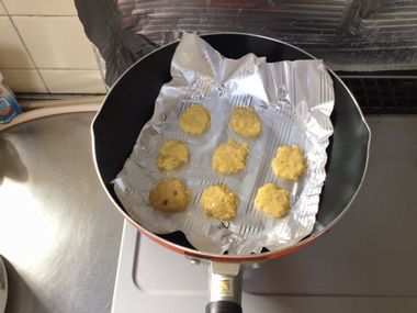 フライパンでクッキーを焼いています。