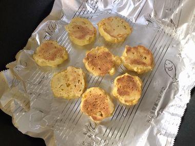 フライパンでかぼちゃのクッキーを焼いています。