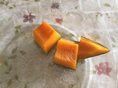主たかぼちゃがお皿に3切れ残っています。