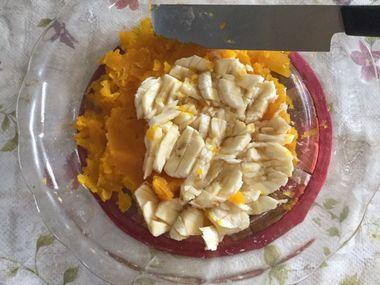 潰したかぼちゃと刻んだバナナです。
