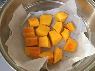 かぼちゃをひと口大に切って蒸し器にセットした様子です。