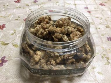 容器に詰めたくるみ黒糖きな粉がけです。
