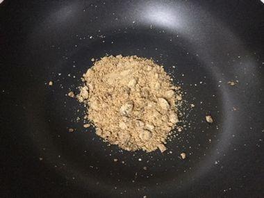 フライパンに入れた黒糖(粉末)です。