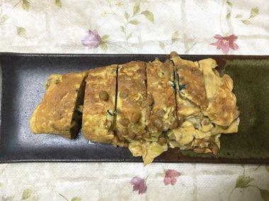 お皿によそった納豆入りの卵焼きです。
