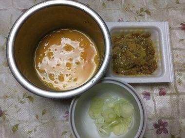 溶き卵とよくかき混ぜた納豆と薬味のねぎです。