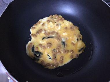 納豆入りの卵焼きを焼き始めた様子です。