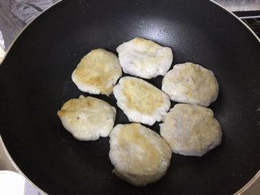 里芋餅を焼いている様子です。