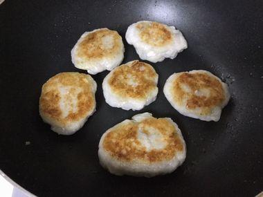 里芋餅にこんがり焼き色がついた様子です。