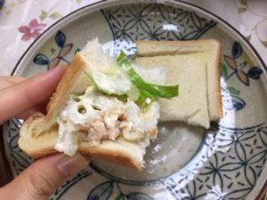 かるく焼いたパンにはさんで食べたセロリとツナちくわのサラダです。