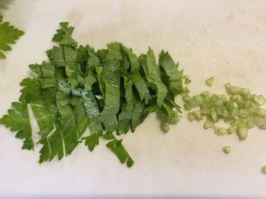 セロリの葉を刻んだところです。