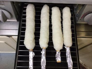 たんぽを魚焼きグリルで焼くところです。