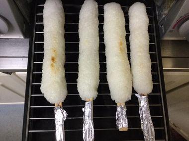 たんぽを魚焼きグリルで焼いています。
