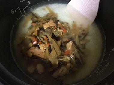 炊飯器のお米の上に、炊き込みご飯の素を投入したところです。