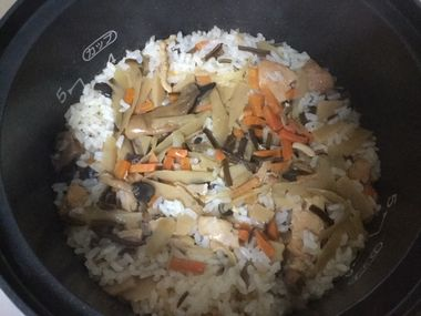 炊きあがった京都雲月のとり五目ご飯です。