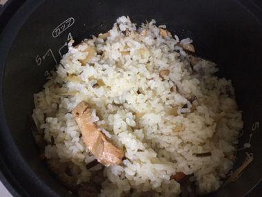 炊きあがった炊き込みご飯を混ぜたところです。
