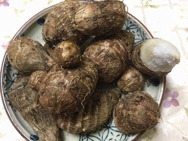 焼いた皮つきの里芋と、皮を半分だけむいた里芋1個です。
