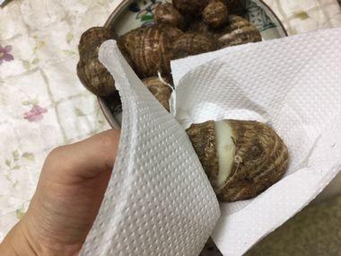 里芋の皮をむこうとしています。