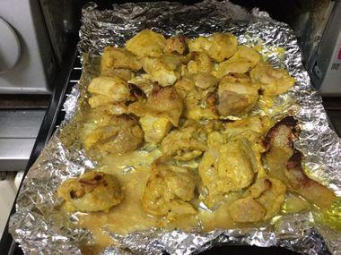 グリルで焼きかけの鶏もも肉です。