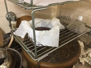 網の上でケーキを冷ましています。