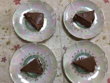 お皿に取り分けたチョコレートケーキです。