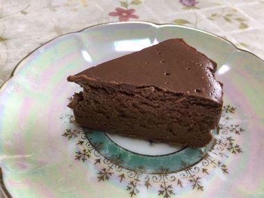お皿に切り分けたチョコレートケーキです。